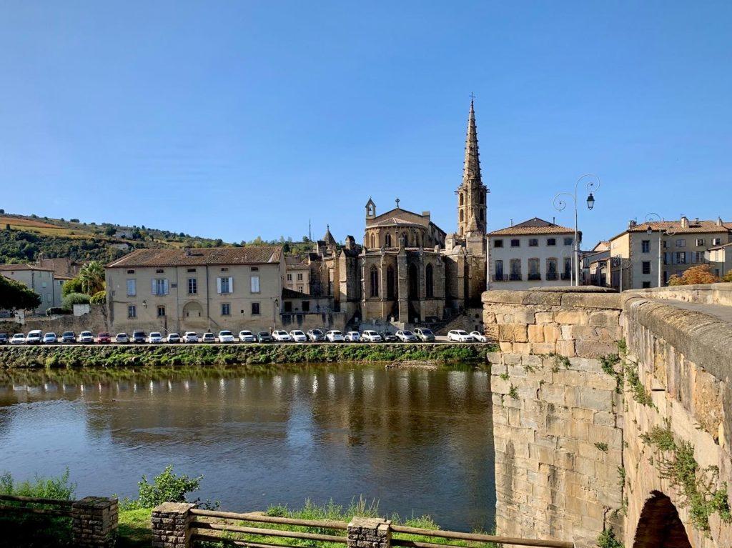 Photo de l'église Saint Matin, vue du Pont Neuf à Limoux, Aude